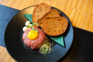 Steak tartare from selected beef, mixed in our restaurant, served with fried bread (5 pieces) and cloves of garlic ( raw meat )